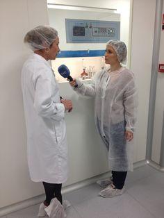 Susana Díaz, directora técnica de Laboratorios BOIRON, durante parte de la entrevista para un especial de homeopatía con el equipo de España Directo de TVE.