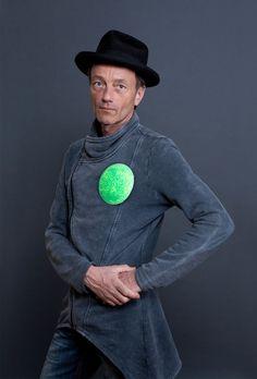 Michael Sailer mit Brosche von Miriam Hiller, Stahl, Farbe. Galerie RA, Amsterdam. Foto Miriam Künzli für Art Aurea.