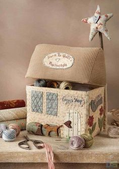 Sewing machine cover patchwork 42 Ideas for 2019 Fabric Art, Fabric Crafts, Sewing Crafts, Sewing Projects, Diy And Crafts, Arts And Crafts, Fabric Boxes, House Quilts, Sewing Baskets