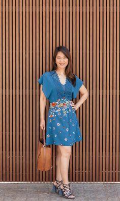 Look com vestido estampado azul