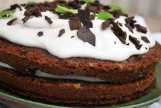 Rommi-suklaakakku kookoskuorrutteella Pohja: - 4 dl vehnäjauhoja - 3 dl sokeria - 2 tl leivinjauhetta - 4 tl vaniliinisokeria - 3 rkl tummaa kaakaojauhetta - 4 dl kivennäisvettä (hiilihapotettu!) - 2...