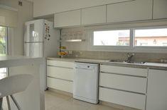 Mueble de cocina en melamina blanca   LESAR AMOBLAMIENTOS   Fábrica, venta y colocación de muebles, amoblamiento de cocinas, vestidores, modulares, muebles a medida, muebles de living, mesas de comedor, muebles para dormitorio #mueblesdemadera