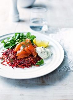 Smoked salmon and beet Rosti. Breakfast, lunch or dinner – this quick recipe is delicious at any time of the day, you could even serve it as a starter. Quick Chilli Recipe, Chilli Recipes, Quick Recipes, Brunch Recipes, Breakfast Recipes, Cooking Recipes, Healthy Recipes, Beetroot Recipes, Xmas Recipes