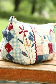 Very pretty! Fabric Purses, Fabric Bags, Patchwork Bags, Quilted Bag, Handmade Handbags, Handmade Bags, Japanese Bag, Coin Bag, Purse Patterns