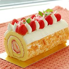 Roll Cake with Strawberry & Almond Cute Desserts, Delicious Desserts, Yummy Food, Cake Roll Recipes, Dessert Recipes, Almond Cakes, Cafe Food, Diy Cake, Fancy Cakes