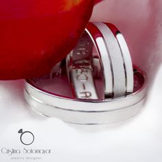 Hermosos aros de matrimonio elaborados a mano en oro blanco de 18k. Beautiful 18k white gold handmade wedding rings.