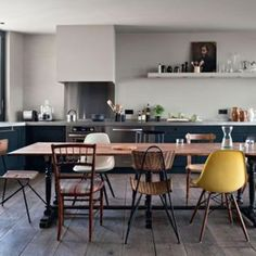 A reinterpreted Ikea kitchen - Open the kitchen to the dining room . - - A reinterpreted Ikea kitchen – Open the kitchen on the dining room: the 30 winning ideas – CôtéMaison. Woven Dining Chairs, Table And Chairs, Dining Area, Dining Sets, Dinning Table, Room Chairs, Kitchen Dinning, Ikea Kitchen, Kitchen Decor