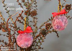 Forskellig farvet steatinlys, ligther, et glas vand, piberenser, nål, bånd (evt julefarver - Men her fik Mynthe lov at vælge - i søstrene grene kan man købe lys enkeltvis) Tænd lyset og l...