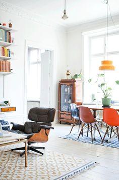 Gammalt blir nytt och litet blir stort. Med smarta lösningar som tar vara på varje kvadratmeter har hemmet blivit ett platsbyggt paradis. Förvaringsväggen i hallen är byggd av köksskåp...