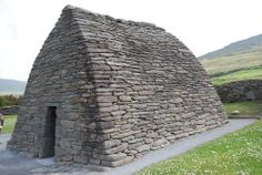 Gallarus Oratory. At Dingle peninsula, Kerry, Ireland. Photo: http://footloosewithdiana.blogspot.com.es/2012/07/dingles-beehive-huts-gallarus-oratory.html