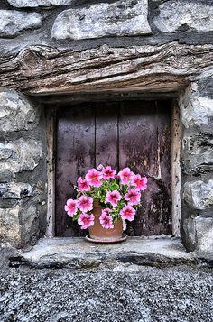 French rustic ~ Lovely .. via Loin de ce mond fou...