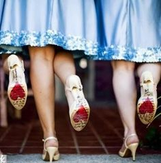 Zapatos Para Las Damas De Honor.  Los zapatos son siempre un complemento importantísimo para todas las mujeres, y para una dama de honor no puede ser diferente. La novia y las damas de honor deben de lucir bellas el día de la boda, sentirse ... Ver más aquí: https://zapatosdefiestaonline.com/zapatos-para-las-damas-de-honor/