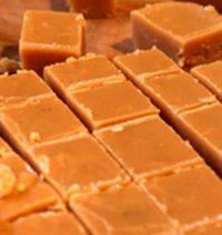 40 jaar oue fudge resep, die is 'n wenner…., 40 jaar oue fudge resep, die is 'n wenner…. 250 ml vars melk. 25 ml goue stroop. Fudge Recipes, Baking Recipes, Cookie Recipes, Dessert Recipes, Pudding Recipes, Baking Ideas, Kos, Vanilla Fudge, Homemade Sweets