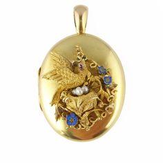 He encontrado este interesante anuncio de Etsy en https://www.etsy.com/es/listing/233112825/victorian-gold-locket-antique-locket-set