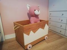 Verkrijgbaar vanaf 110 euro. Leuk als accessoire in de woonkamer of babykamer! Op de foto's zie je de speelgoedkist gemaakt van eikenhout met de afmetingen 60 cm (lengte) x 40 cm (breedte) x 45 cm (hoogte).