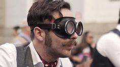 Modelo con gafas de moto clásicas para campaña Proraso #bigote