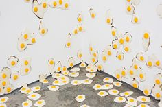 American artist Christopher Chiappa created a hyperreal installation made of fried eggs for his solo exhibition 'Livestrong' at Kate Werble Gallery in New York City. Art D'oeuf, Huevos Fritos, Small Sculptures, Egg Art, Magazine Art, Installation Art, Art Installations, American Artists, Amazing