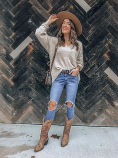 Houston are you ready to Rodeo Youve got the tickets booked now you just need the perfect outfit Im covering five Houston Rodeo approved outfits. Cowgirl Outfits, Western Outfits, Cowgirl Boots, Country Music Outfits, Country Concert Outfit, Winter Mode Outfits, Winter Fashion Outfits, Fall Fashion, Sporty Chic