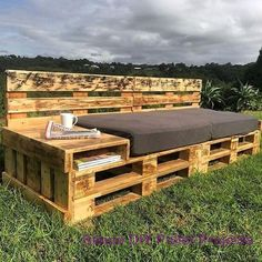 DIY Wooden Pallet Ideas – We can see industrial-style wooden pallets that are made into many things. Simple, simple and versatile are some of the advantages of this cheap palette material. Pallet Daybed, Diy Pallet Bed, Diy Pallet Projects, Pallet Ideas, Backyard Projects, Pallet Patio, Diy Garden Furniture, Diy Pallet Furniture, Furniture Ideas