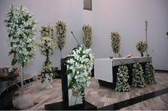 Asi luce la Iglesia de Nuestra Señora de Líbano con arreglos de lilis, casablancas y rosas blancas.