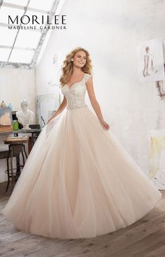 Romantyczna, tiulowa suknia ślubna Mori Lee z błyszczącym gorsetem, o kroju litery A i seksownym dekoltem. Olśniewający gorset, haftowany kwiatowymi …