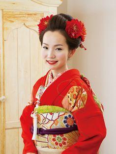 お人形のような可憐なきもの姿に会場のため息が聞こえてきそう!    お色直しには、堀内さんに似合う朱赤の振袖をチョイス。長い髪を生かした自毛での新日本髪に挑戦! まるで京都の舞妓さんのような、可憐で艶やかなきものスタイルになりました。振袖「朱し ゅあかじぶばこもん赤地文箱文」レンタル料¥630,000(ドゥ アンディオール 銀座) かんざし(松本さん私物) ヘッドコサージュ(アルマ マルソー)