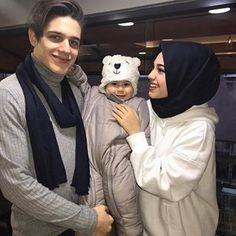 so cuttteee . Cute Muslim Couples, Cute Couples Photos, Couples Images, Cute Couples Goals, Couple Pictures, Couple With Baby, Best Couple, Beautiful Muslim Women, Beautiful Hijab