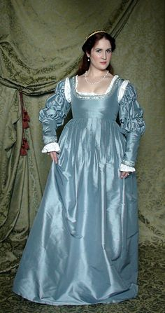 Hoping I can come close in sewing this Italian Renaissance gown myself for the fair this summer here outside of Denver. The family hasn't dressed up and gone to a Renaissance fair since before Idaho. Italian Renaissance Dress, Mode Renaissance, Renaissance Costume, Medieval Costume, Renaissance Fashion, Renaissance Clothing, Medieval Dress, Historical Clothing, Old Dresses