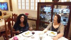 Luiza e Cida na outra mesa.