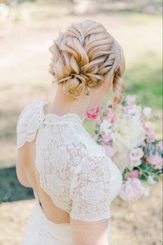 Millainen hääkampaus on trendikäs vuonna 2021? Haastattelin parturi-kampaaja Sanna Kääntää asian johdosta ja hän vinkkasi muutamia kiinnostavia trendejä, mm. veistoksellisuus ja rentous. Hän kertoi myös hyviä vinkkejä lyhyille hiuksille. #weddinghair #tampere #häät #jennituominenphotography Girls Dresses, Flower Girl Dresses, Jenni, Wedding Hairstyles, Wedding Dresses, Hair Styles, Flowers, Photography, Beautiful