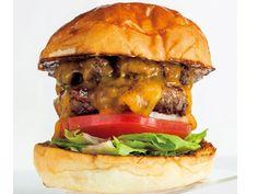 《 恵比寿 》ダブルチーズバーガー ¥1,600 ヨコ9cm × タテ9cm 370g 専門店ならではのハーモニー!『バーガーマニア』 恵比寿 多くのハンバーガー好きの支持を集める人気ショップがこちら。 この店の入門編としておすすめしたいのが、トロ~リとろけるチーズと、国産牛のウチモモ肉を使用した量感たっぷりのパティが絶妙なハーモニーを奏でるダブルチーズバーガー。 天然酵母を使用した蜂屋のバンズは甘くてもっちり。水にさらしてから1枚1枚うす皮をとりのぞくスライスオニオン、フレッシュなトマトやレタスは肉の旨みを引き立てるために欠かせない存在だ。 自然光が差し込む店内は夏には扉を開放するため、オープンエアーで気持ちのいい時間を過ごせる。4~6種そろうクラフトビールと共に、その力強い味わいをじっくりと堪能したい。