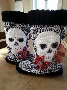 Cute crocheted skull boots More Crochet Skull Patterns, Halloween Crochet Patterns, Crochet Designs, Crochet Crafts, Crochet Yarn, Yarn Crafts, Free Crochet, Crochet Boots, Crochet Slippers