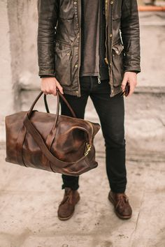 I am a sucker for leather duffel bags. Even though I'm a lady I still want one. They are so badass :D Leather duffel bags all the way. Have you checked out these fashinable duffel bags Vintage Leather, Leather Men, Brown Leather, Leather Bags, Moda Blog, Travel Bags, Travel Wear, Travel Style, Fancy