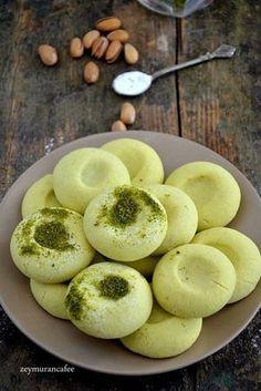 Toz pudingli kurabiye tarifi antep fıstığı tutkunları için yaptığımız basit ve oldukça nefis bir kurabiye tarifidir. Yumurtasız kurabiye tarifi arayanların da favorisi olacak bu kurabiyeyi mutlaka beş çayı menülerinize yapmanızı öneriyorum. Toz puding ile yapılan bu kurabiye �…
