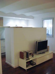 Detalle de la pared que separa la sala de estar de la cocina y donde se esconden todos los electrodomésticos.