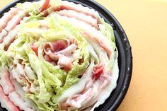 3【タジン鍋に敷き詰める】 カツオ出汁をタジン鍋に入れ、 豚と白菜を重ねたものを鍋に隙間なく敷き詰める。