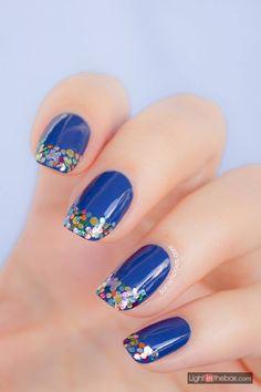 Arte nas unhas inspirada na chuva e nos tons de azul. Você adicionaria à sua lista de desejos?
