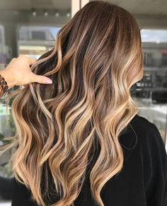 Make the perfect ombre look just by yourself. Mach deinen eigenen Ombre-Look mit… Make the perfect ombre look just by yourself. Mach deinen eigenen Ombre-Look mit diesen Tipps. Faire des cheveux d'ombre vous-même. Hair Color Balayage, Hair Highlights, Balayage Brunette To Blonde, Sunkissed Hair Brunette, Fall Balayage, Fall Blonde, Blonde Highlights On Dark Hair All Over, Blonde Wig, Balayage Hair Brunette Caramel