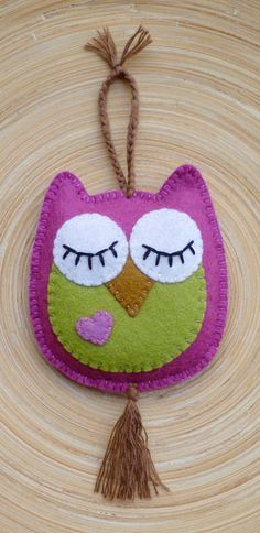 felt birds felt owl - hang on door handle - one side eyes open (come in) other side eyes closed (don't disturb) Felt Owls, Felt Birds, Fabric Crafts, Sewing Crafts, Sewing Projects, Owl Crafts, Felt Patterns, Embroidery Patterns, Diy Embroidery