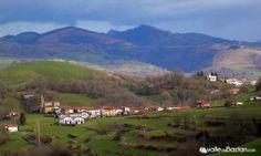 2014-02-08 Los lugares de Berroeta, en primer término, y Aniz, ambos a unos 375m de altitud, pertenecen al cuartel de Basaburua. Al fondo destacan las cumbres de Unboto y Ezkiz, y entre ambos, descuella el pico Alkurruntz.