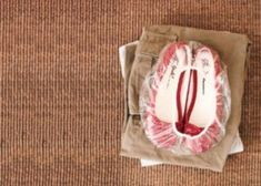 Best travel idea - pack shoes in shower cap (check out these and other travel tips! Suitcase Packing, Packing Tips For Travel, Simple Life Hacks, Useful Life Hacks, Lifehacks, 1000 Life Hacks, Travel Gadgets, Travel Hacks, Travel Ideas