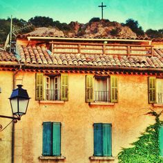 """«""""La Grande descente"""" the #beautiful village of #laGardeFreinet  by @axelherateur  go Check his beautiful gallery #colorful #Provence #FranceProvence…»"""