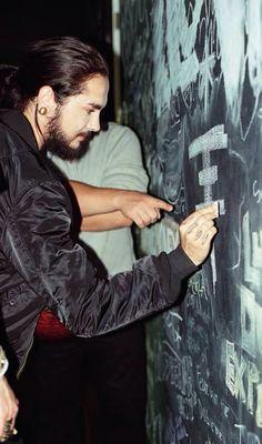Tom K drawing the Tokio Hotel logo :)