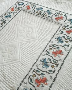 This Pin was discovered by Bet Cross Stitch Borders, Cross Stitch Flowers, Bargello, Embroidery Stitches, Needlework, Bohemian Rug, Diy And Crafts, Table Runners, Textiles