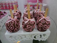 Maçã do amor Chocolate Covered Apples, Caramel Apples, Decoracion Baby Shower Niña, Best Sweets, Paris Birthday, Candy S, Chocolate Heaven, Paris Theme, Party Desserts