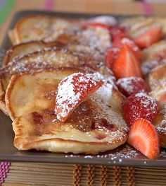 Fluffy pancakes with strawberries ( Swedish)