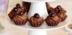 Ingredience: mouka pšeničná hladká 200 gramů, cukr moučkový 100 gramů, mandle 30 gramů (jemně mleté), kakao 50 gramů, máslo 140 gramů (změklé), vejce 1 kus, tuk (na vymazání košíčků), višně kandované (na ozdobení), čokoláda 200 gramů (kvalitní), bílek 3 kusy, cukr 50 gramů, voda 1 lžíce, brandy 2 lžíce, smetana na šlehání 1 decilitr.