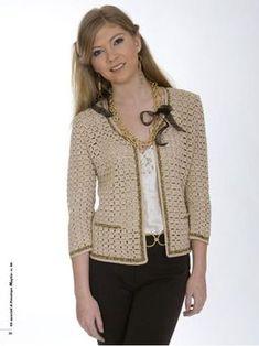 La giacca in stile Chanel, è un evergreen della moda. Qui è proposta con maniche a tre quarti, lavorata a maglie alte e impreziosita da bordi dorati.