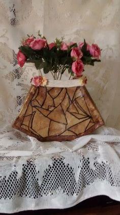 Vaso de material reciclado. Material utilizado para aparentar madeira. Vaso triangular médio. Muito bonito e leve. Detalhes de flores e barbante.