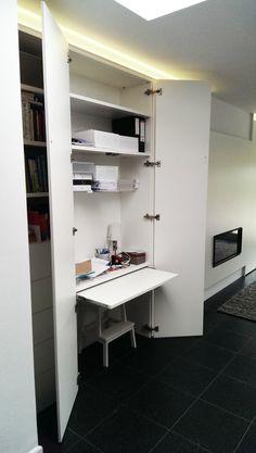 Wil je een compact bureau integreren in je living? Dat kan met een kast op maat!  Je kan het bureau heel snel uithalen en even snel wegtoveren als er bezoek is. In deze kastenwand zitten zowel een bureau, TV, kachel en een ruimte voor boeken uit te stallen. Kast-ID Temse Home Office Desks, Home Office Setup, Home, Small Spaces, Home Office, Armoire Desk, House, Hidden Desk, Home Office Space